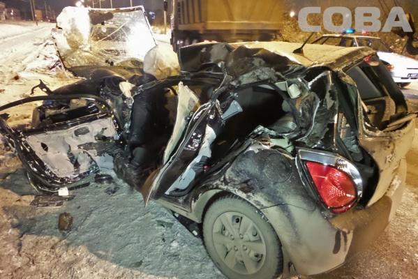 Жуткое ДТП в Екатеринбурге! Автомобиль с женщиной и ребенком врезался в автокран