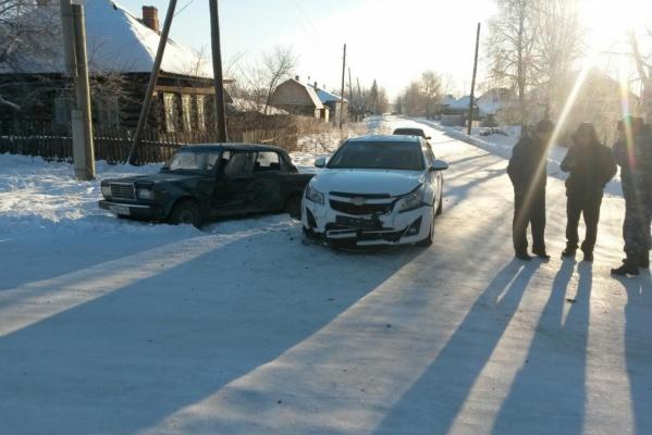 В Свердловской области иномарка протаранила «семерку», где находилась семьей из четырех человек. Пострадал трехлетний малыш