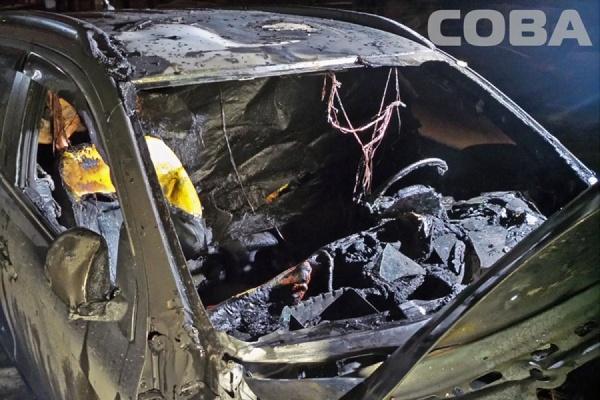 В одном из дворов Эльмаша ночью сгорел Mitsubishi ASX