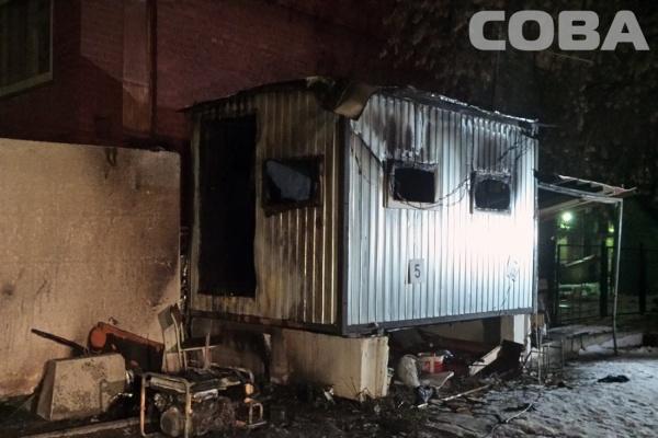 На скандальной стройке в центре города сгорела бытовка с охранницей внутри