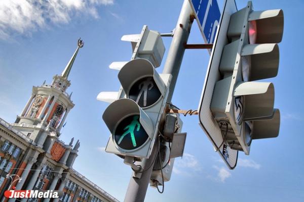 В Екатеринбурге иномарка сбила молодую девушку, переходившую дорогу на зеленый свет