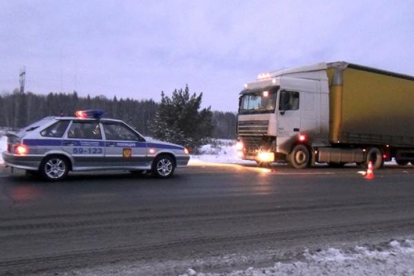 На трассе вблизи Ачита под колесами грузовика погиб подросток