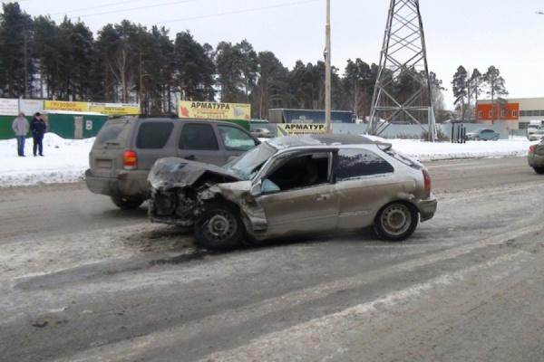 В Екатеринбурге водитель Toyota RAV-4 сбил пешеходов и врезался во встречную машину. Один человек погиб на месте