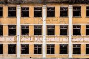Фасад заброшенной больницы в Зеленой роще «украсили» костылями