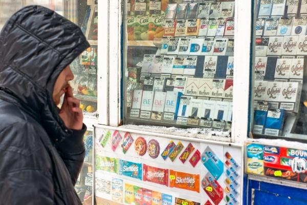 Сенатор предложил запретить продажу сигарет людям младше 21 года