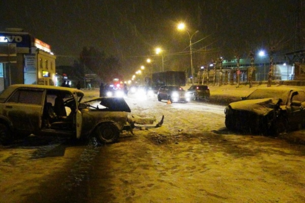 На Уралмаше в лобовом столкновении разбились два ВАЗа. ФОТО