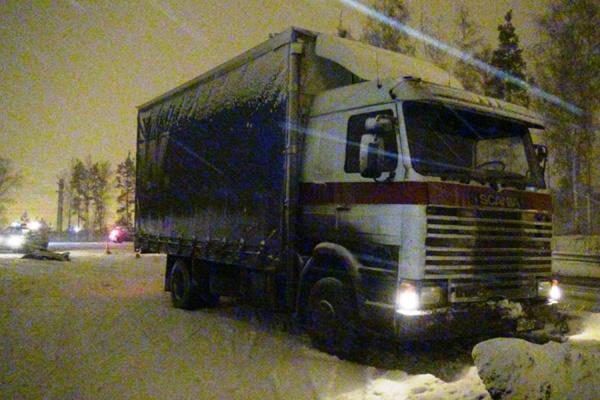 В Екатеринбурге водителя большегруза убила собственная машина