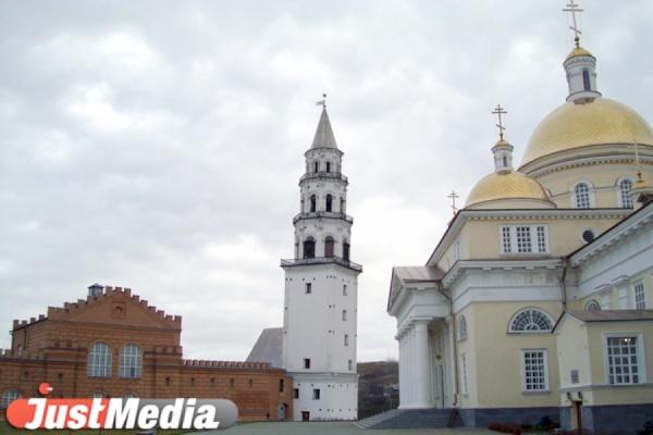 «Куйвашев! Народ просил об отставке Каюмова. Сколько ждать?» Жители Невьянска провели пикеты под окнами резиденции губернатора