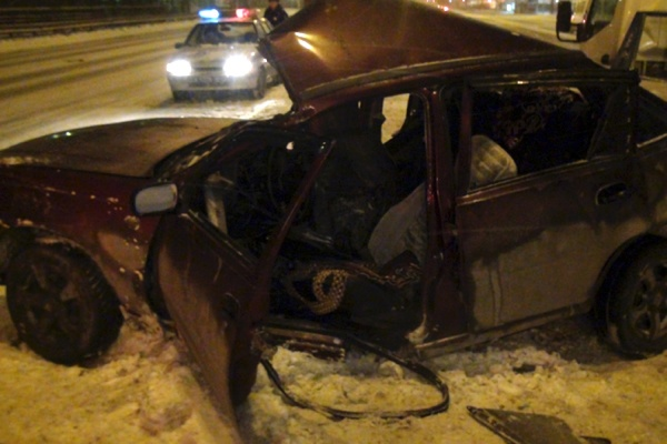 В Екатеринбурге легковушка врезалась в столб. Пострадали два человека