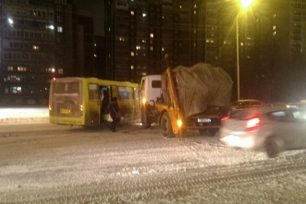 Утром на Бебеля мусоровоз протаранил автобус с пассажирами. ФОТО
