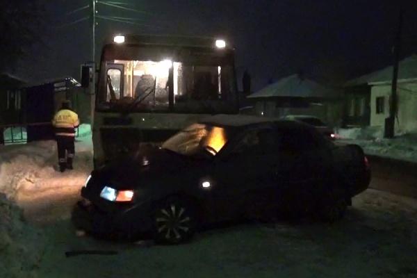 В Ирбите «Лада» столкнулась с автобусом. Пострадал водитель легковушки