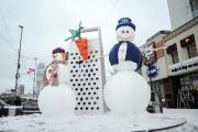 Трехметровые снеговики вышли на зимний митинг в центре Екатеринбурга