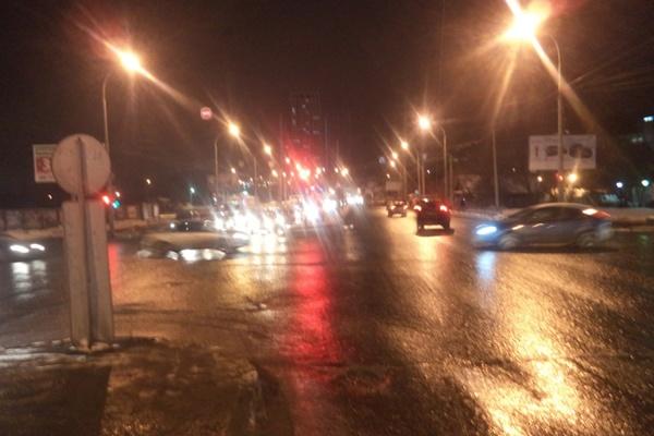 На улице Щербакова попал под машину подросток, перебегавший дорогу на красный свет