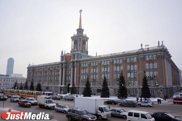 Екатеринбуржцы несут в мэрию письма Путину с жалобами на Куйвашева