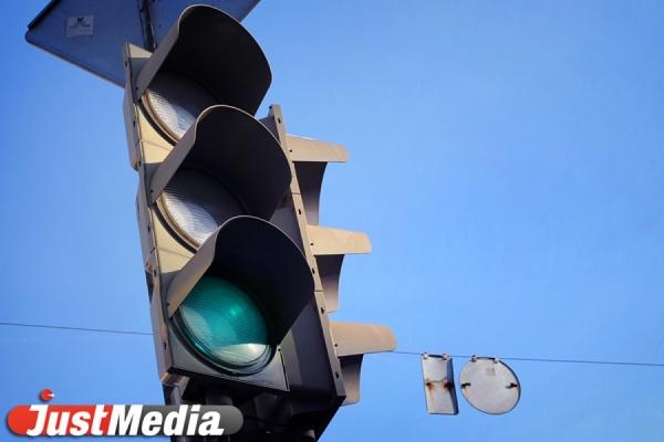 В Екатеринбурге водитель не пропустил школьницу-пешехода, переходившую дорогу на зеленый свет
