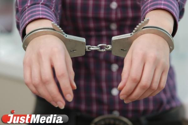 Обвиняемая в убийстве сожителя екатеринбурженка пыталась сбежать от полиции, спрыгнув с третьего этажа