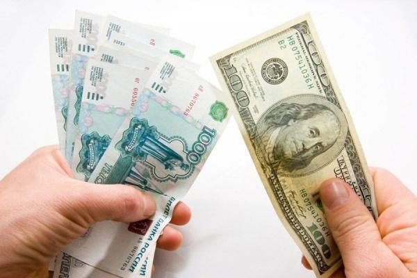Рубль заметно упал к доллару и евро в понедельник при открытии торгов