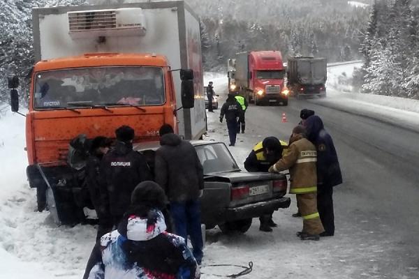 На Пермском тракте ВАЗ-«семерка» врезался в КАМАЗ. Погиб пассажир легковушки