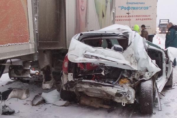 На Тюменском тракте столкнулись два грузовика и легковушка. Два человека госпитализированы
