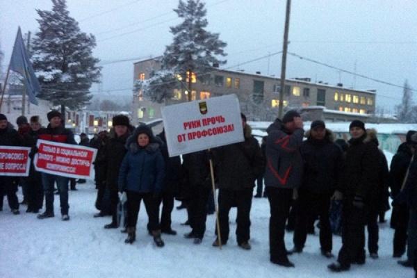 «Мы не позволим работодателям нарушать Трудовой кодекс». Полторы тысячи качканарцев вышли на митинг в защиту профсоюза ГОКа