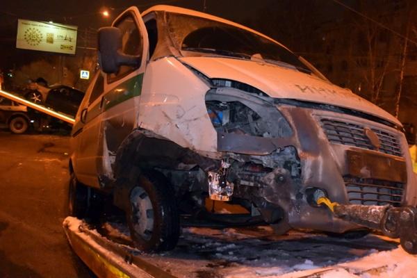 В Екатеринбурге «Приора» столкнулась с инкассаторским автомобилем. Пострадали четыре человека