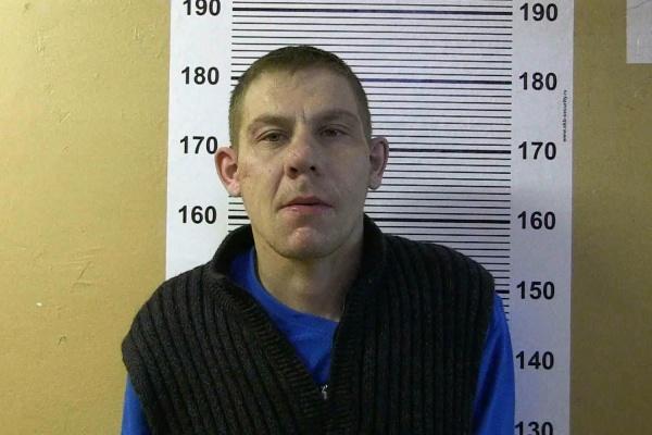 Срывал цепочки в подъездах: на ЖБИ задержан серийный грабитель женщин