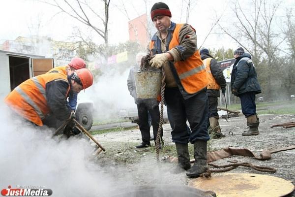 Работники Свердловских тепловых сетей отремонтировали протекающий трубопровод на улице Фурманова