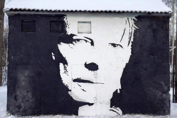 В Екатеринбурге на месте портрета Эми Уайнхаус появился Дэвид Боуи