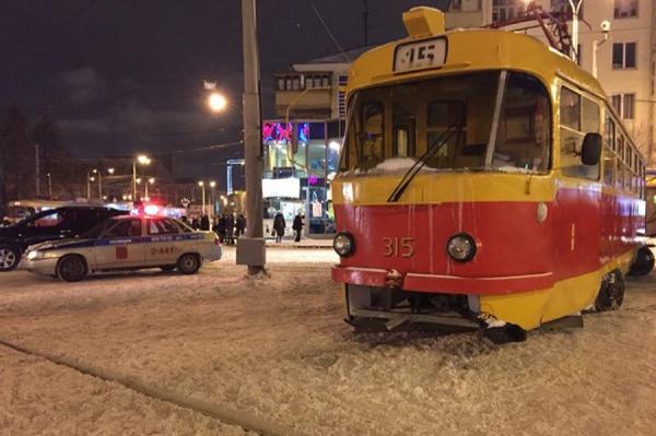 На Московской трамвай сошел с рельсов. Образовалась огромная пробка