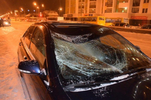 Житель Екатеринбурга попал под машину, переходя дорогу на красный свет