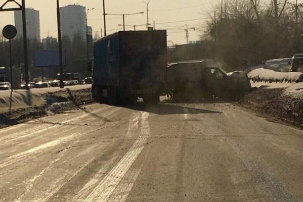 Перекрыли все полосы: из-за столкновения шести автомобилей остановилось движение транспорта по Объездной