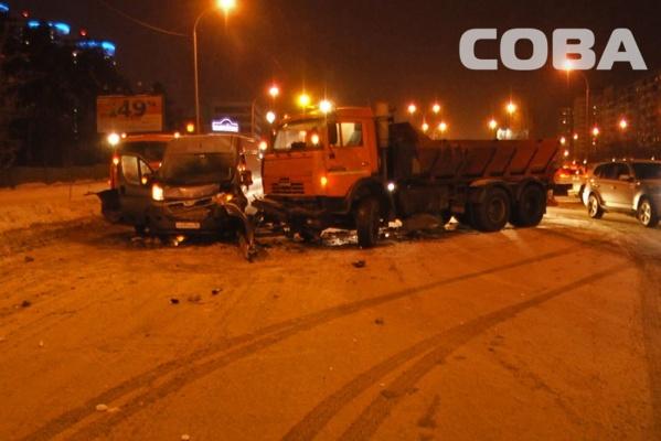 На ВИЗе столкнулись две снегоуборочные машины и микроавтобус