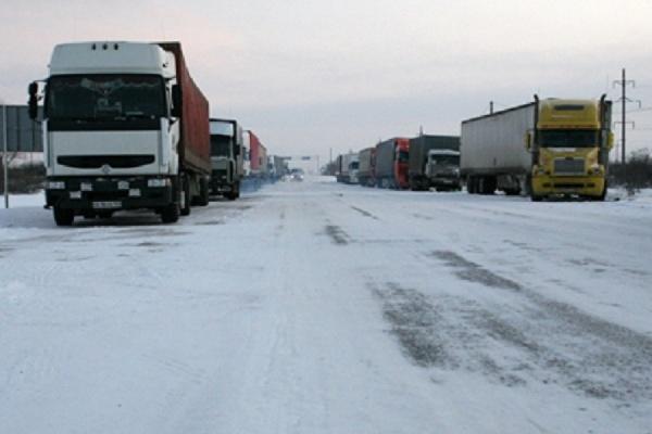 В Оренбургской области около 70 грузовиков ночью попали в затор на трассе