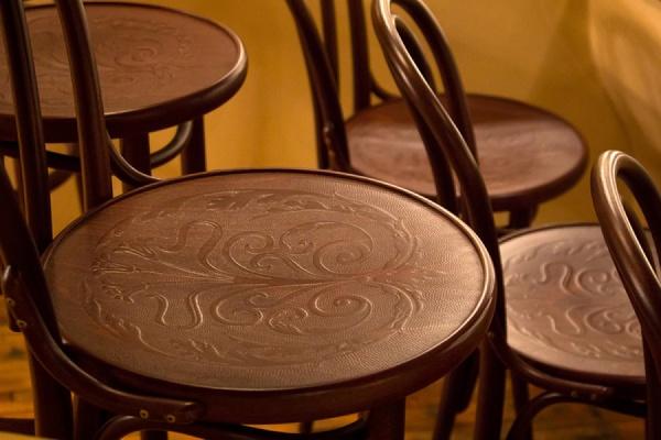 В театре оперы и балета зрители теперь будут сидеть на новых венских стульях