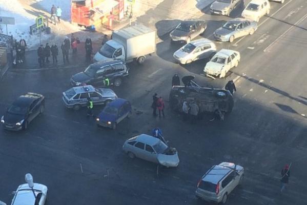 В центре Екатеринбурга «двенашка» завалила на бок Toyota
