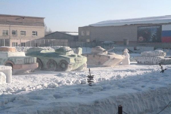 В Верхотурье к 23 февраля создали автопарк военной техники из снега