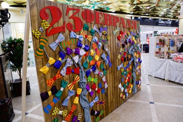 В Екатеринбурге построили стену из мужской одежды