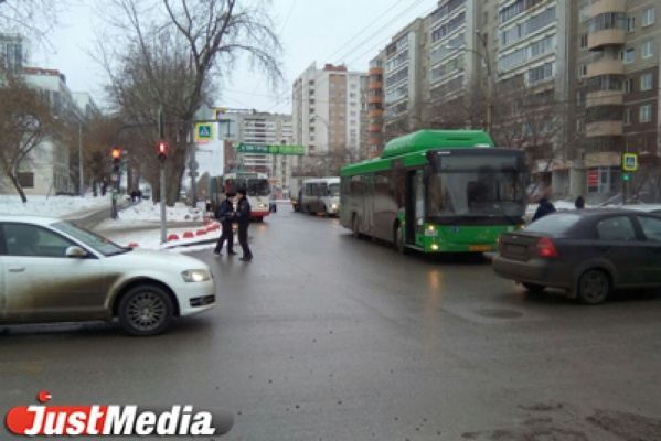 На Щорса водитель автобуса врезался в иномарку. ФОТО