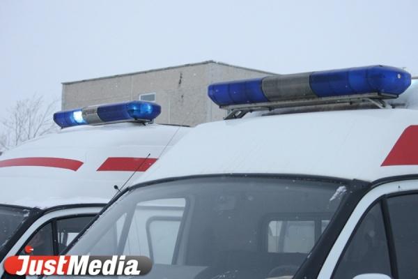 Ледяная глыба, рухнувшая с крыши, сломала два ребра и ногу жительнице Екатеринбурга