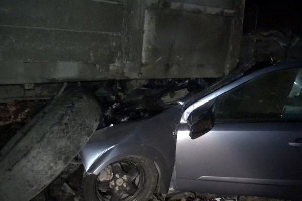 Летящий «Опель» врезался в стоящий грузовик. Водитель легковушки погиб на месте