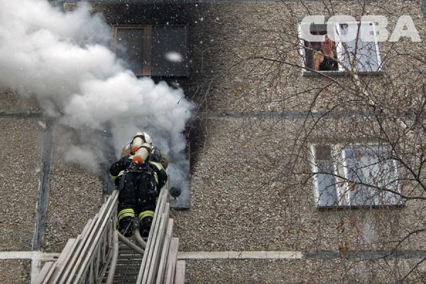 Пожарные тушат возгорание в многоквартирном доме на улице Волгоградской