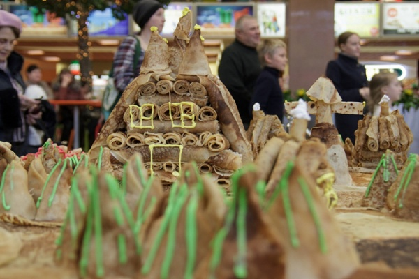 В Екатеринбурге построили уральскую деревню из блинов