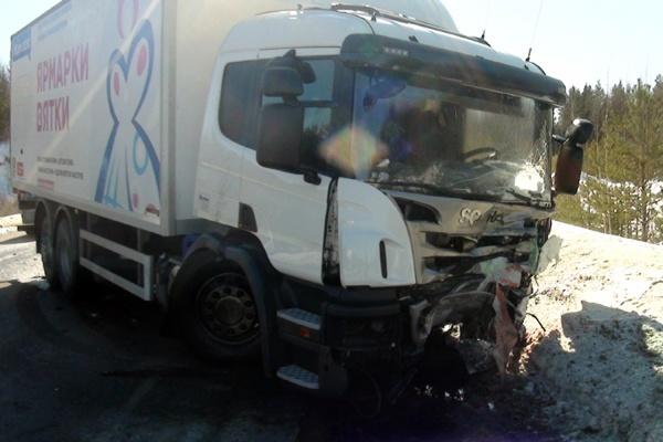 На Серовском тракте «Лада» врезалась в грузовик. Водитель легковушки погиб на месте