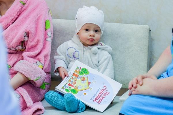 «Эта книга — не рекламный буклет, а подспорье для каждой матери». В Екатеринбурге молодые мамы получили первые экземпляры книги «Мамино счастье»