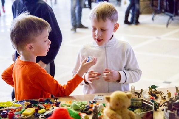 В Екатеринбурге дети продали тонну кукол и плюшевых мультяшных героев на «Ярмарке старых игрушек»