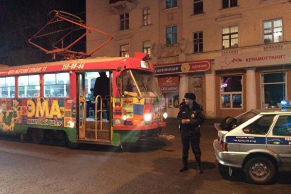 В центре Екатеринбурга полиция оцепила трамвай. ФОТО