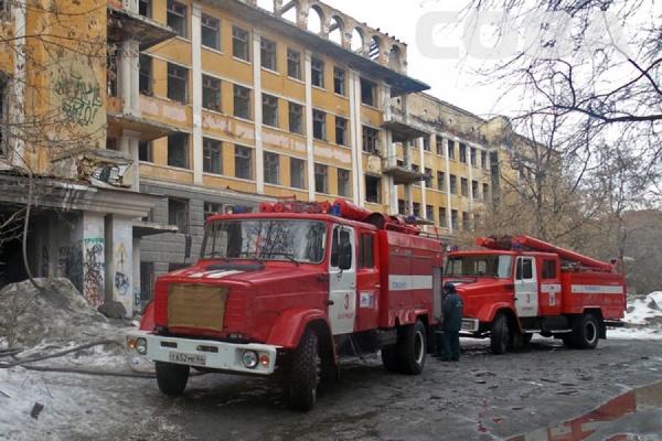 В Зеленой Роще горело заброшенное здание больницы скорой помощи