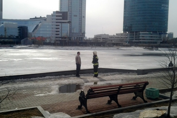 В Екатеринбурге неизвестный прохожий спас из ледяной воды ребенка