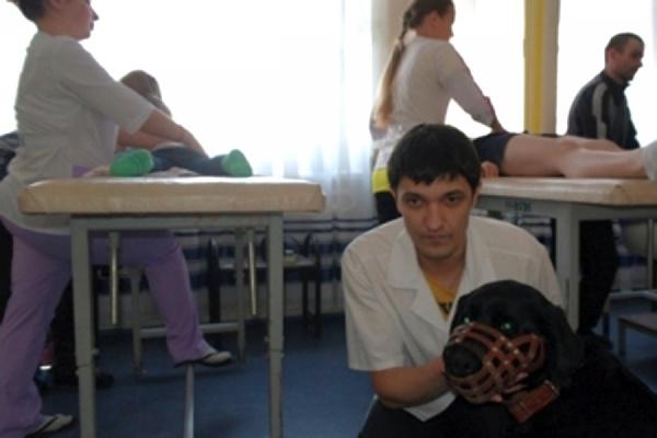 В Екатеринбурге студента-медика водит на занятия собака-поводырь