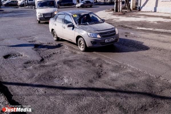 «При Росселе и Мишарине такого не было». Свердловчане массово жалуются на состояние дорог в области